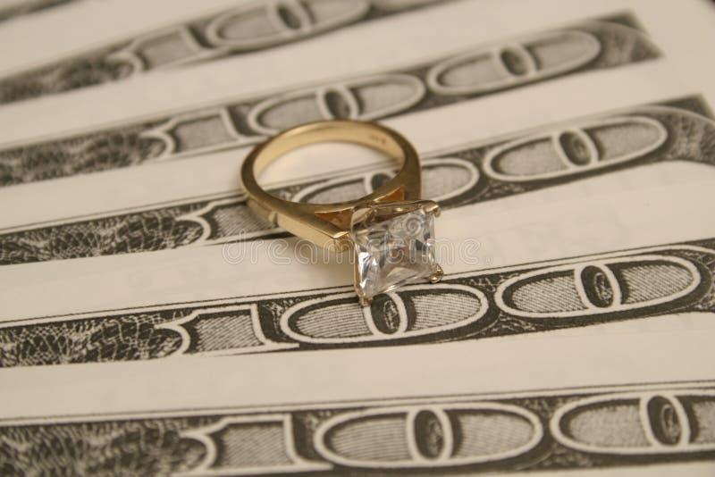 pieniądze tła wielki pierścionek z diamentem obrazy royalty free