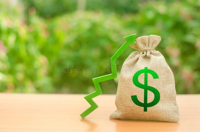 Pieniądze torba z dolarowym symbolem i zielenią w górę strzały Wzrosta bogactwo i zyski przyrost płace Korzystnie warunki dla biz fotografia stock