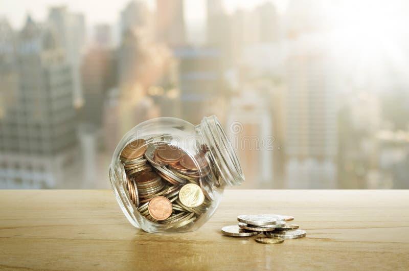 Pieniądze w szklanej butelce na drewnianym stole koncepcja pieniędzy, żeby ratować zdjęcie stock