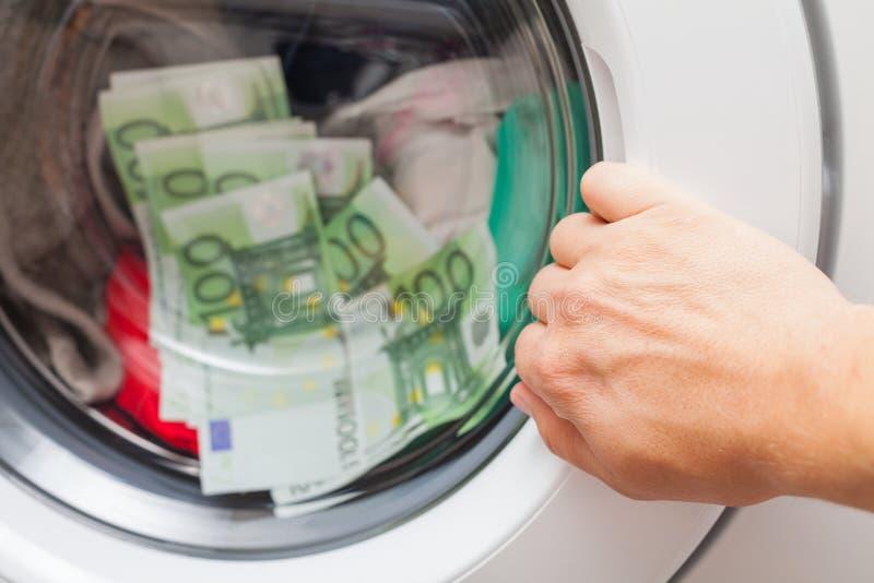 Pieniądze wtykający w pralce obraz stock