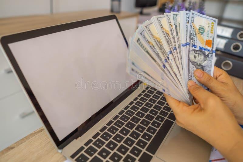 Pieniądze zarabiający od inwestycji, bizneswoman robi finansom i analizuje o koszcie nieruchomości inwestycja i w inny, podatek zdjęcie stock