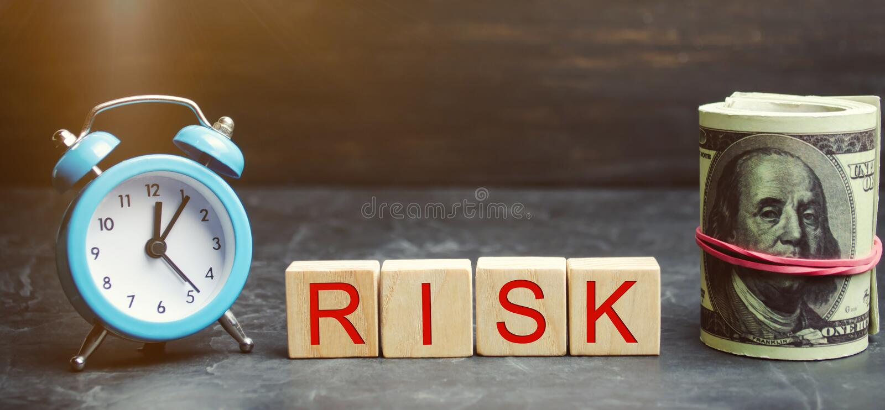 Pieniądze, zegarowych i drewnianych bloki z słowa ryzykiem, Pojęcie pieniężny ryzyko Uzasadneni ryzyko Inwestować w biznesowym pr zdjęcie royalty free