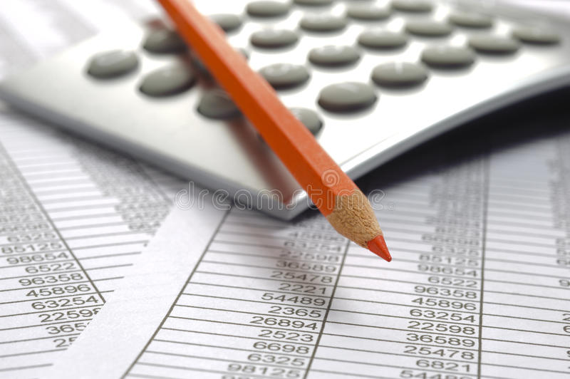 Pieniężna księgowość z czerwonym ołówkiem i kalkulatorem fotografia royalty free