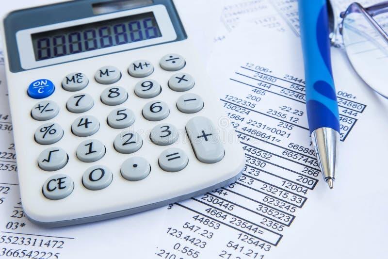 Pieniężna księgowość z papieru kalkulatorem i raportami zdjęcie royalty free
