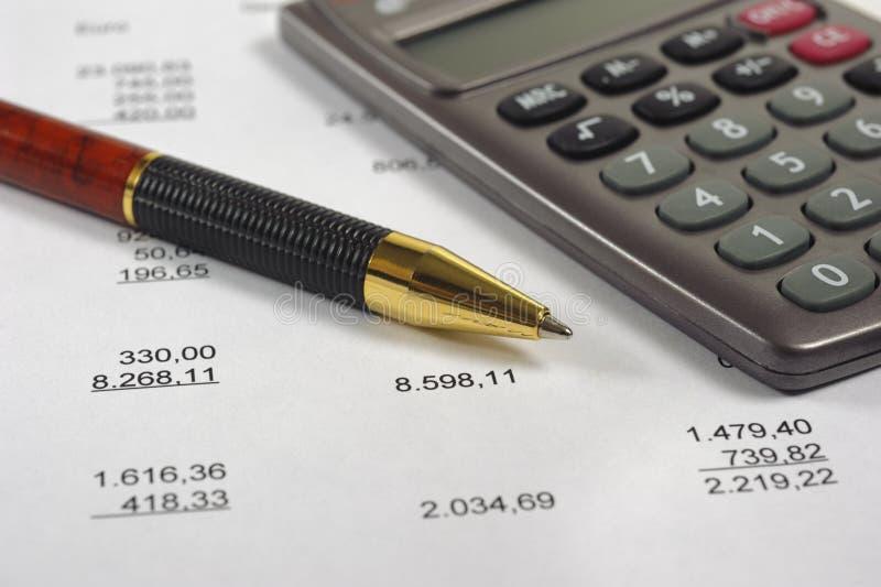 Pieniężna księgowość z piórem i kalkulatorem obrazy stock
