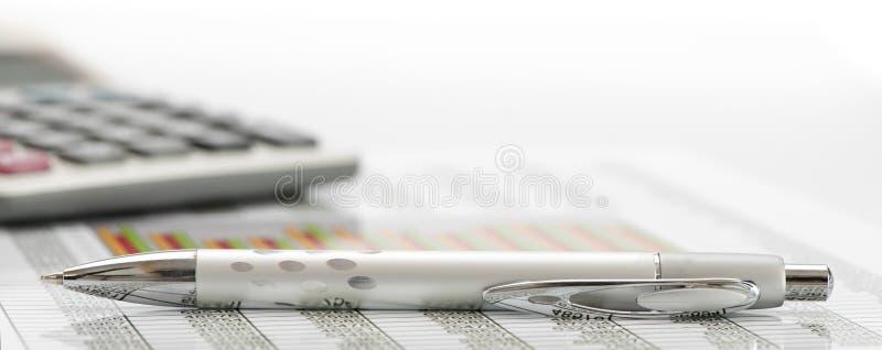 Pieniężna księgowość z piórem i kalkulatorem zdjęcia stock