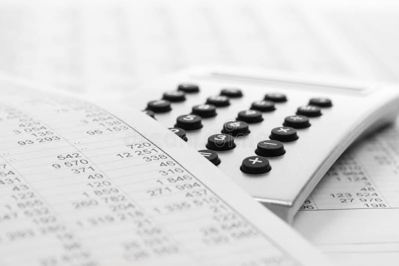 Pieniężnej księgowości kalkulator na biznesowym raporcie fotografia royalty free