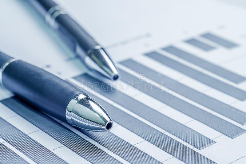 Pieniężnej księgowości rynku papierów wartościowych wykresów analiza obrazy stock