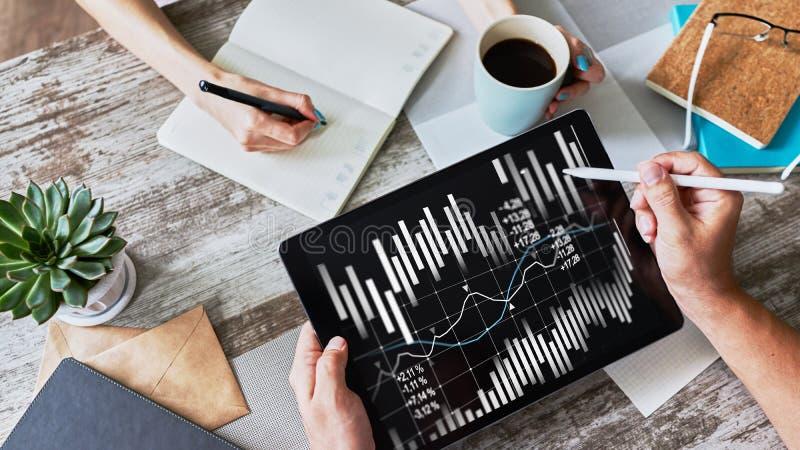 Pieniężni wykresy i mapy na ekranie Rynków walutowych i rynku papierów wartościowych handel Wskaźnik rentowności obrazy royalty free