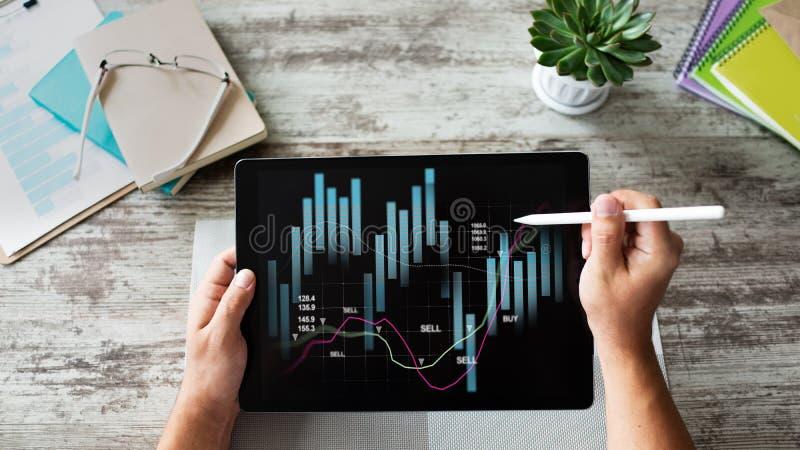 Pieniężni wykresy na przyrządu ekranie Online inwestycji i akcyjnego handlu pojęcie fotografia stock