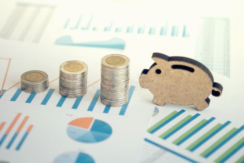 pieniężny bankowość zapasu spreadsheet z sterty prosiątkiem i monetą dalej zdjęcie royalty free