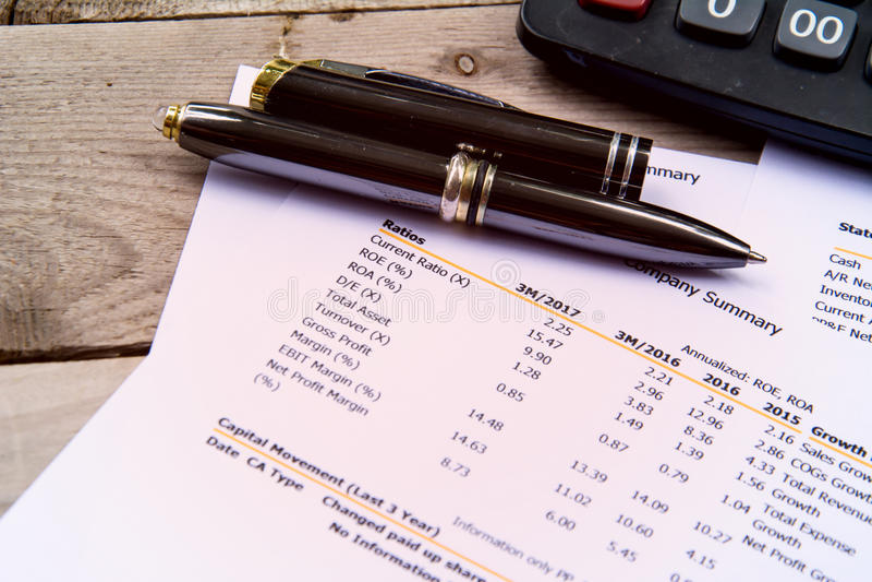 Pieniężny budżeta oświadczenie czyta liczbę i sprawdza dla analysi zdjęcia stock