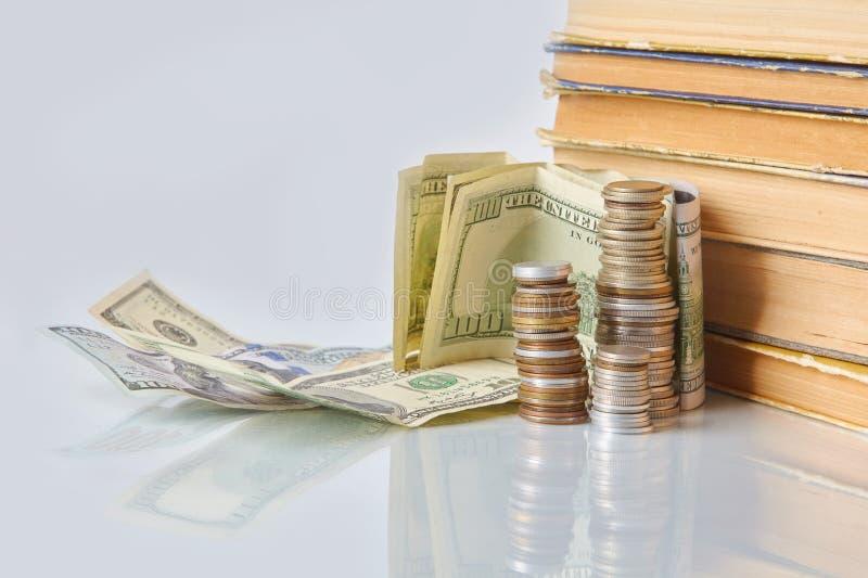 Pieniężny edukacji pojęcie - pieniądze: rachunki, monety, fotografia royalty free