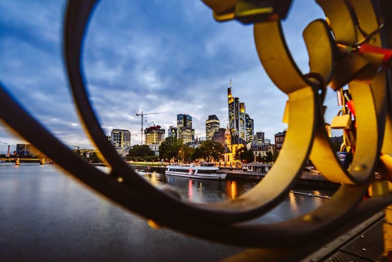Pieniężny okręg z Główną rzeką w Frankfurt mieście, Niemcy fotografia stock