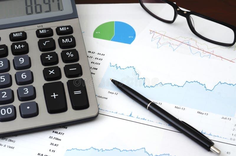 Pieniężny planowanie lub SEO pojęcie - sprzedaże, goście raporty lub wykres analiza obraz stock