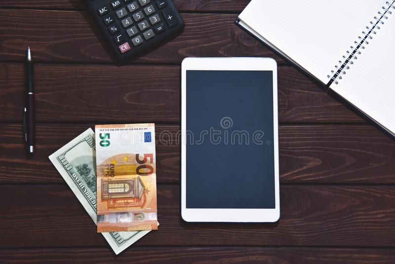 Pieniężny pojęcie, pastylka komputer osobisty, kalkulator, notepad na białym tle, planistyczny dochód osobisty Ręka pisać na masz zdjęcia royalty free