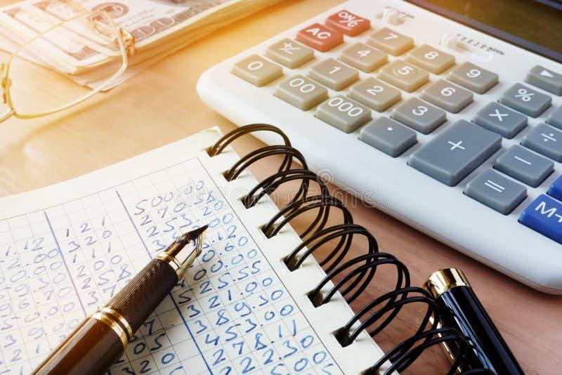 Pieniężny raport dla rozliczać z kalkulatorem zdjęcia royalty free