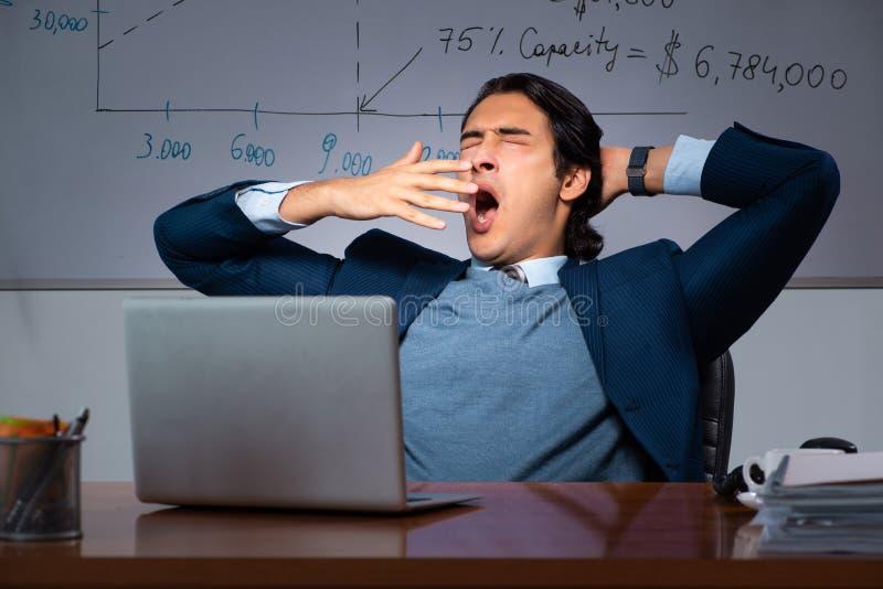 Pieniężny specjalista pracuje póżno w biurze zdjęcia stock