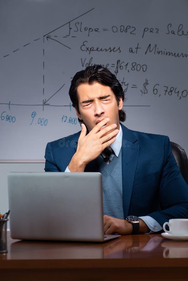 Pieniężny specjalista pracuje póżno w biurze obraz stock