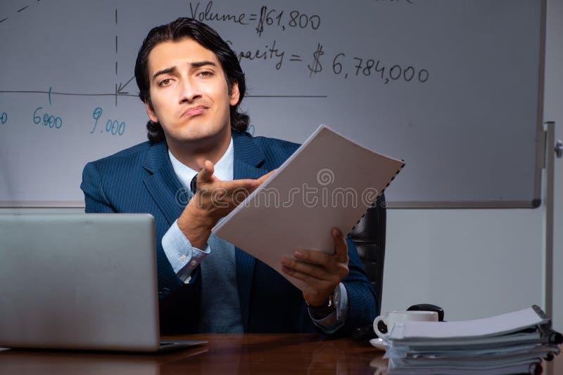 Pieniężny specjalista pracuje póżno w biurze obrazy royalty free