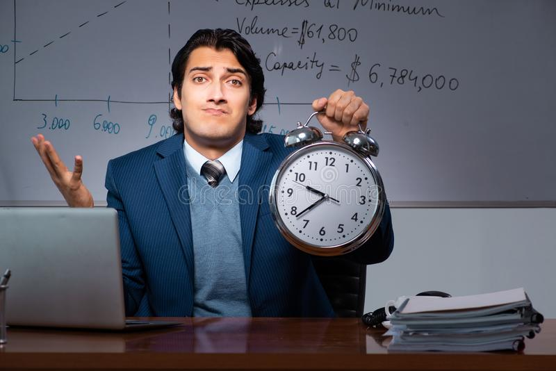 Pieniężny specjalista pracuje póżno w biurze zdjęcia royalty free