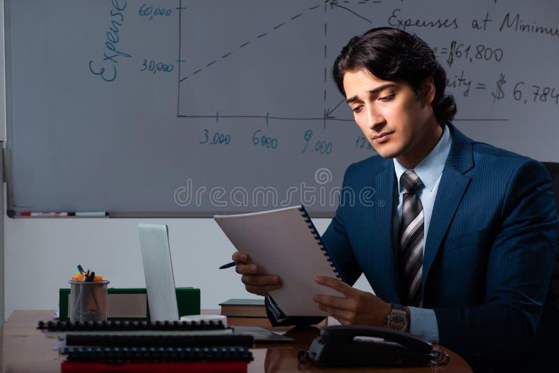 Pieniężny specjalista pracuje póżno w biurze fotografia royalty free