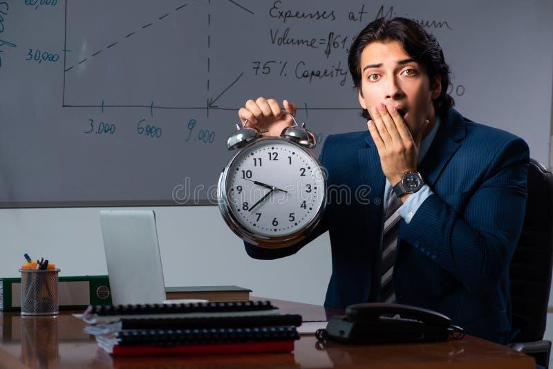 Pieniężny specjalista pracuje póżno w biurze zdjęcie stock