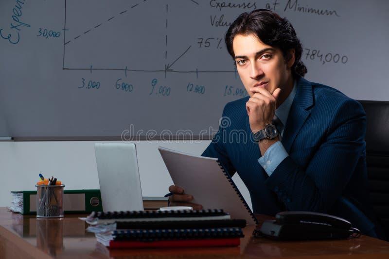 Pieniężny specjalista pracuje póżno w biurze obrazy stock