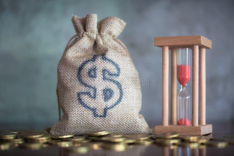 Pieniędzy oszczędzania, inwestycja, robi pieniądze dla przyszłości, pieniężny bogactwa zarządzania pojęcie E r obrazy royalty free