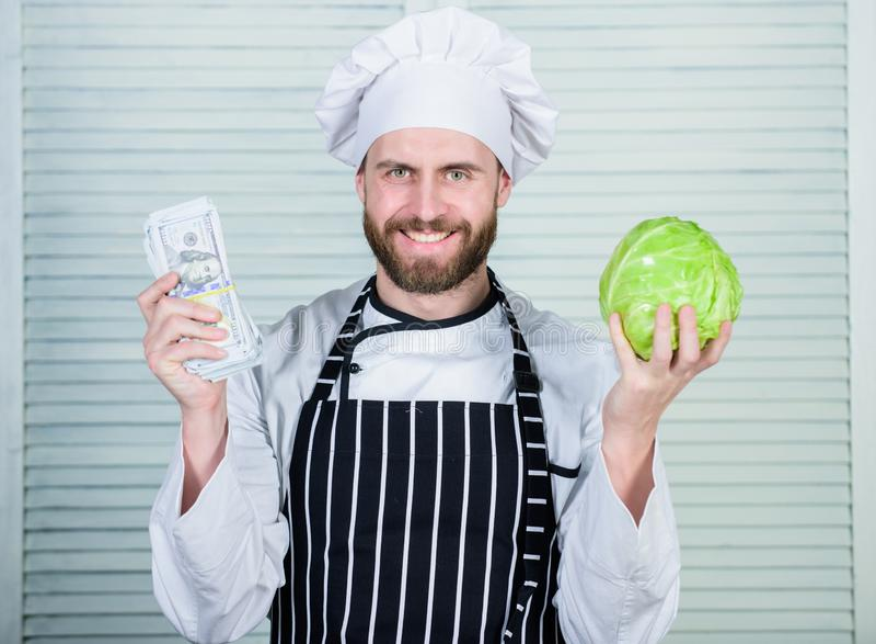Pieni?dze biznes fachowy szefa kuchni kucharz w restauracyjnej kuchni jarosz Diety witamina kulinarna kuchnia warzywo zdjęcia royalty free