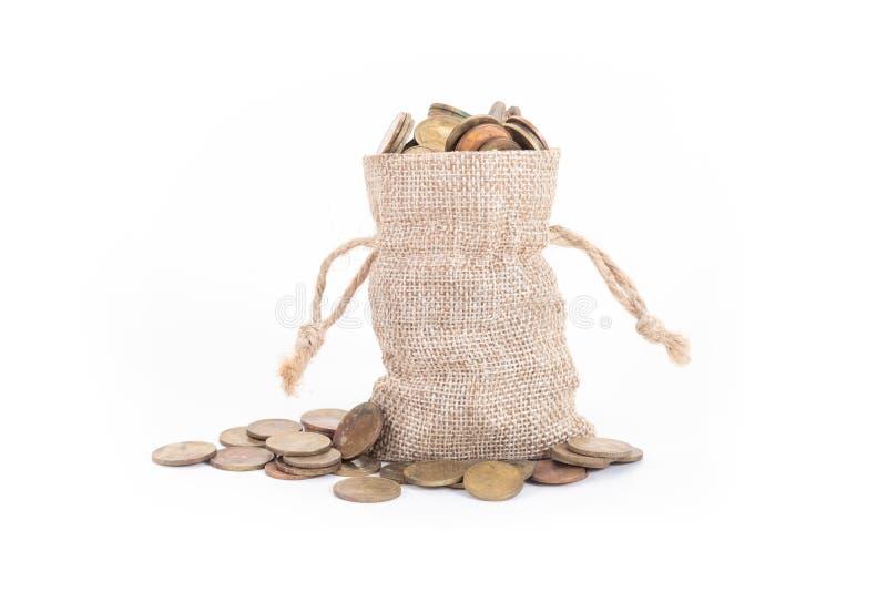 Pieni?dze monety na bia?ym tle i torby Czas inwestować, czas wartość dla pieniądze, planowanie rodziny, pieniądze oszczędzanie, f zdjęcie royalty free
