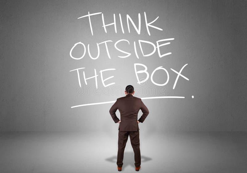 Piense fuera de la caja, concepto de motivaci?n de las citas de las palabras fotografía de archivo libre de regalías
