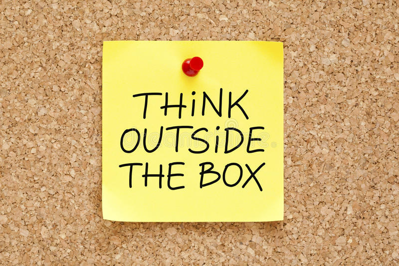 Piense fuera de la nota pegajosa de la caja imagen de archivo libre de regalías
