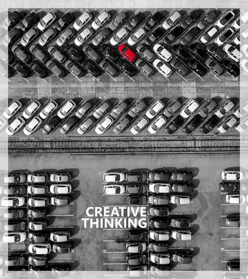 Piense fuera del rectángulo Muchos coches un rojo desde arriba imagen de archivo