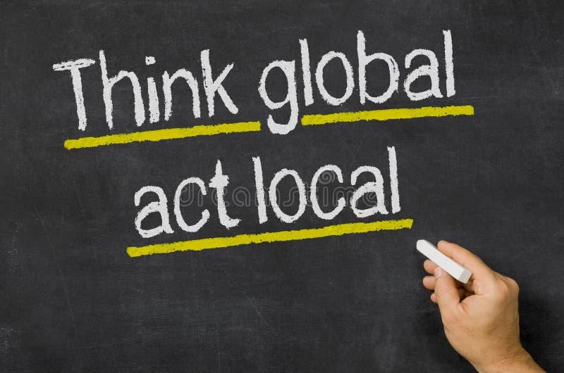 Piense global - local del acto fotografía de archivo