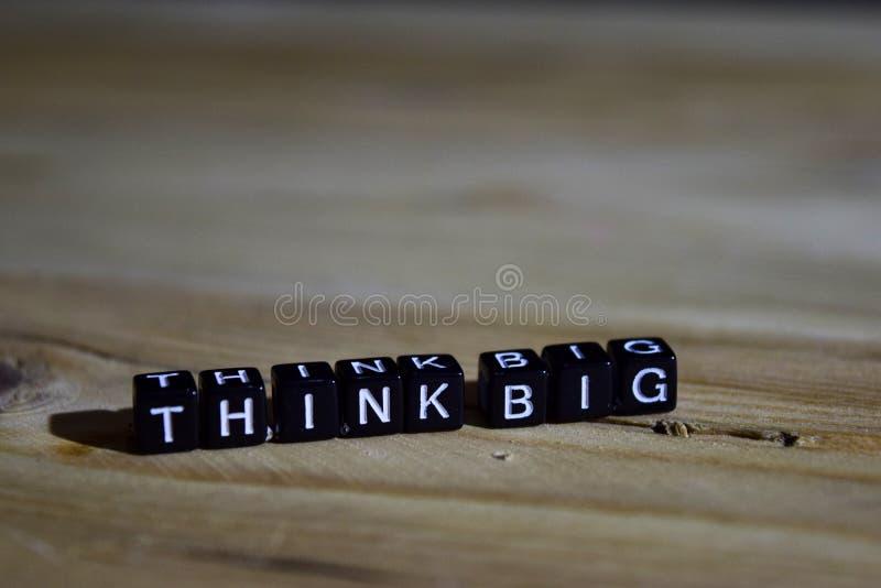 Piense grande en bloques de madera Concepto de la motivación y de la inspiración foto de archivo