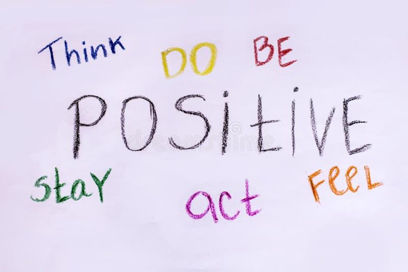 Piense, hacen, ser, permanecer, actuar, sentir positivo Lema de motivación fotografía de archivo