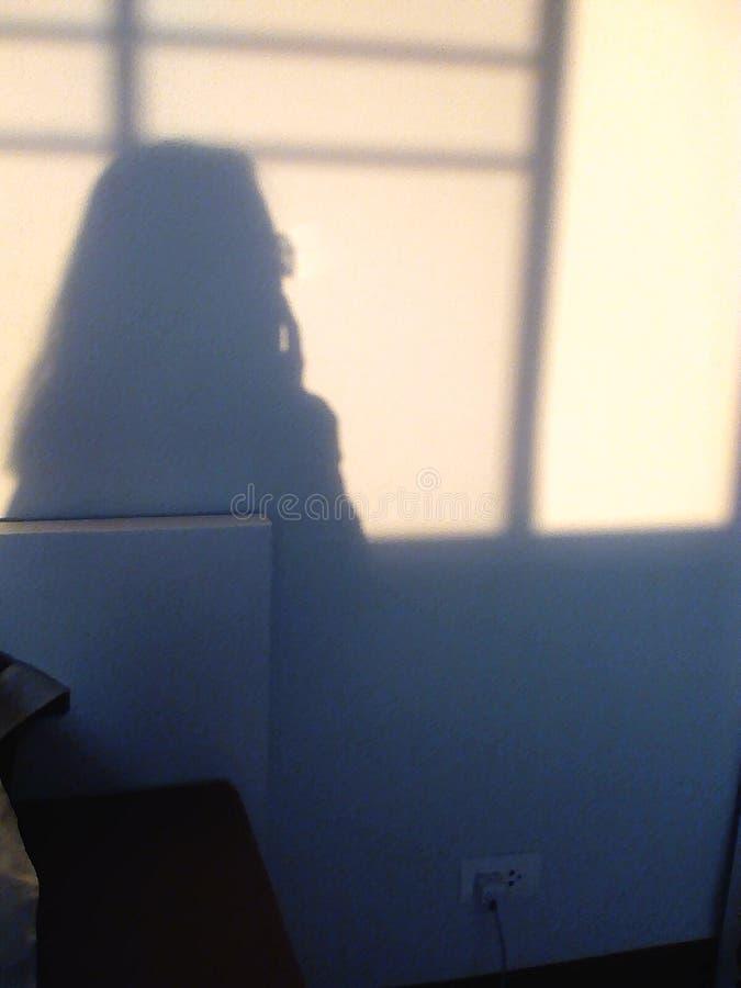 Piense a la muchacha de la sombra foto de archivo