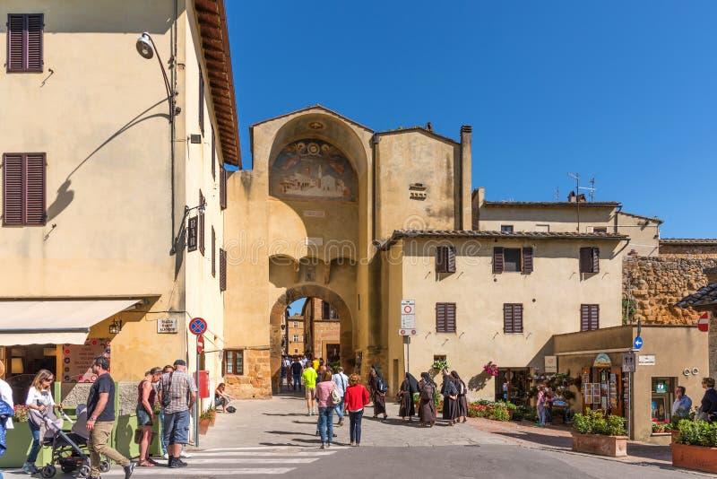 Pienza, Italia - 22 de abril de 2018: Centro histórico de la opinión de la calle de la ciudad italiana de Pienza, famosa y turíst foto de archivo libre de regalías