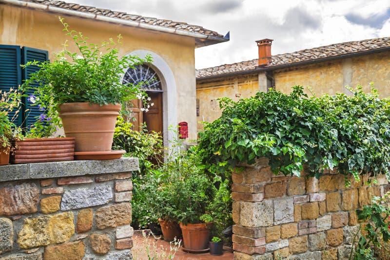 """Pienza Italien †""""Juli 22, 2017: Typisk för italienare gård utmärkt i den forntida Tuscany staden Pienza fotografering för bildbyråer"""