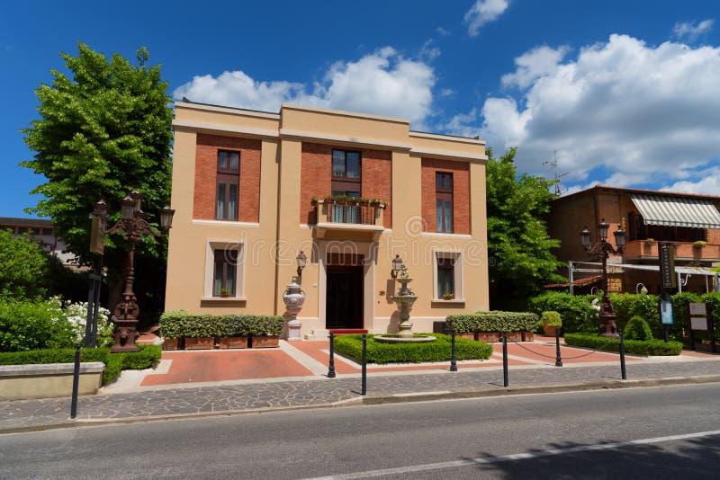 """Pienza Italien †""""Maj 27, 2017: Traditionellt hus i den lilla magiska och gamla byn av Pienza, Val D `-Orcia Tuscany †""""Italien royaltyfri bild"""