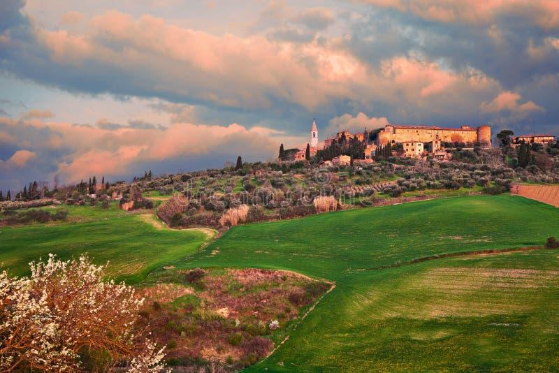 Pienza, Sienne, Toscane, Italie : paysage ? l'aube de la ville antique de colline photographie stock