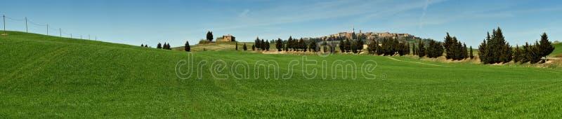 PIENZA, TOSCANA/ITALIA - 31 DE MARZO DE 2017: paisaje hermoso, con Rolling Hills verde y el ciprés toscano imagen de archivo libre de regalías