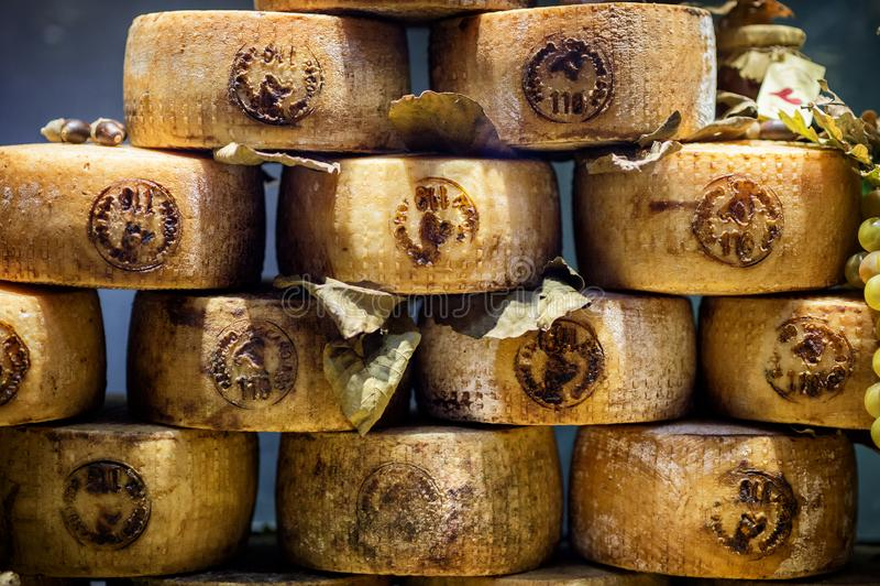 Pienza, Toscanië - Typische die Pecorino-kaas, met schapen` s melk wordt gemaakt, in een kruidenierswinkelopslag in Pienza Italië stock fotografie