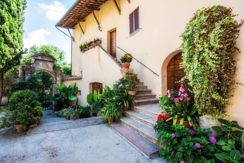 Pienza Tuscany förbiser in mot lantgård fotografering för bildbyråer