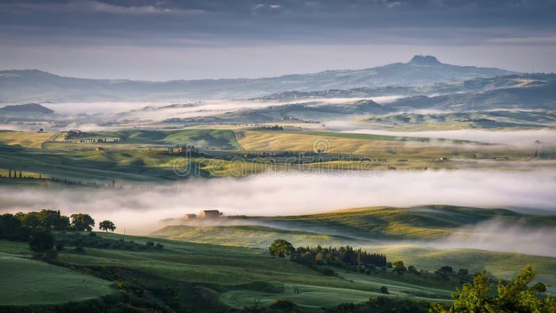 PIENZA, TUSCANY/ITALY - 22 DE MAYO: Niebla que remolina a través del d'Orc de Val fotografía de archivo