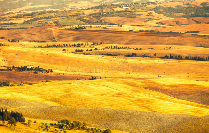 Pienza, wiejski zmierzchu krajobraz. Wsi gospodarstwo rolne i zieleni pole obrazy stock