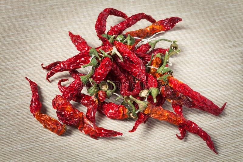 pieprz czerwone gorące chili Wiązka, tkaniny tło z diagonalnymi lampasami zdjęcie royalty free