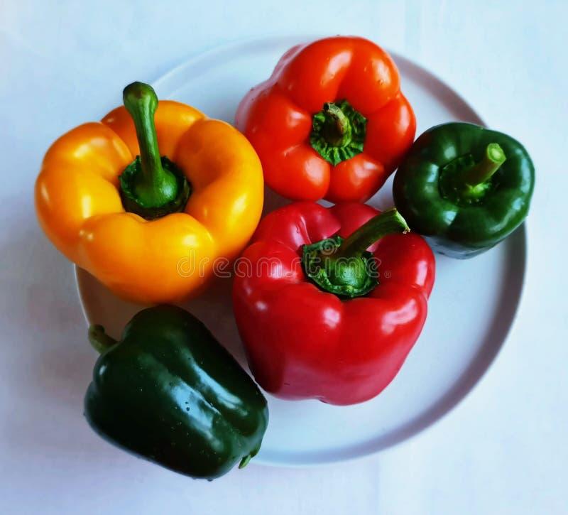 PIEPRZOWI SŁODCY papryka brokułów owoc ASSORTI warzywa I owoc MANGOWY mandaryn GOTUJE ZDROWEGO jedzenie I witaminy zdjęcie stock
