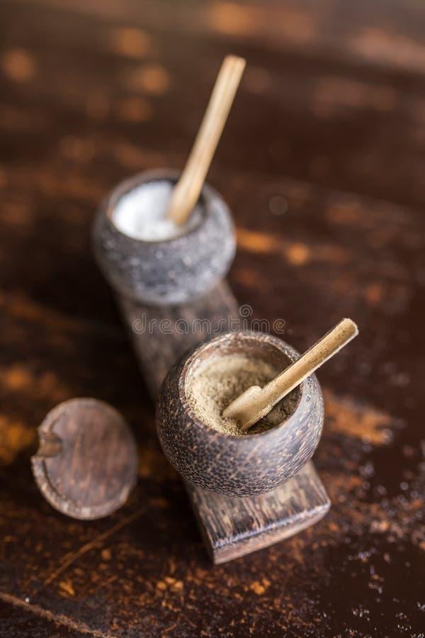 Pieprzy i soli w tradycyjnego balijczyka drewnianym naczyniu zdjęcia stock